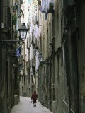 A Woman Walking Along the Narrow Streets of Bracelona, Spain Fotografisk trykk av Michael Melford