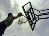 Low Angle View of a Man Shooting a Basket Fotografisk tryk