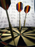 Darts on a Dartboard with Stock Figures in the Background Lámina fotográfica
