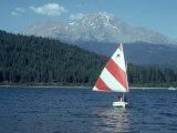 Sailing on Lake Siskiyou, Mt. Shasta, CA Fotografisk tryk af Mark Gibson