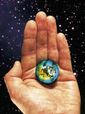 Hand Holding the World Reproduction photographique par Terry Why