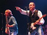 Francis Rossi fra Status Quo taler til publik i Clyde Auditorium, Glasgow, Skotland, oktober 1999 Fotografisk tryk