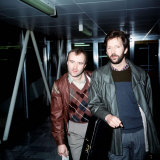 Phil Collins with Eric Clapton Leaving London Airport for Barbados, March 1984 Fotografisk tryk