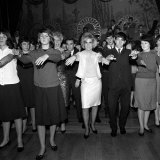 Dusty Springfield at Ilford Palaia Essex Giving a Demo of the Hitchhiker Dance, January 1964 Fotografie-Druck