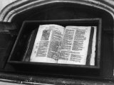 Archbishop Thomas Cranmer's Bible in the North Choir Aisle Canterbury Cathedral Kent England Fotografisk tryk