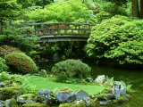 Footbridge, Japanese Garden Portland, Oregon Lámina fotográfica por Adam Jones