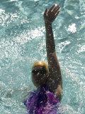 Young Woman Swimming the Backstroke in a Swimming Pool, Bainbridge Island, Washington, USA Fotografie-Druck