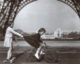 Le Remorqueur du Champ de Mars Poster van Robert Doisneau