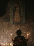 A Mexican Woman Prays to the Virgin Mary During a Religious Ceremony Fotografisk tryk af Kenneth Garrett