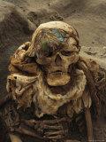 A Close View of a Mummy Exhumed at the Cemetary at Puruchuco-Huaquerones Lámina fotográfica por Ira Block