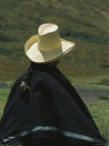 A Woman Wearing a Traditional Peruvian Straw Hat and Poncho Lámina fotográfica
