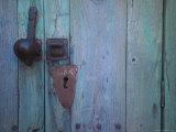 An Antique Lock on a Blue Door Lámina fotográfica por Touzon, Raul