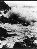 Dramatic Scene at Land's End Cornwall England Showing Waves Crashing Against the Rocks Lámina fotográfica