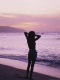 Woman Standing on Beach in Silhouette Valokuvavedos tekijänä Bill Romerhaus