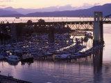 Burrard Bridge, Dusk, Vancouver, BC, Canada Fotografisk tryk af Mark Gibson