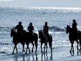 Group of People on Horseback at the Beach Lámina fotográfica