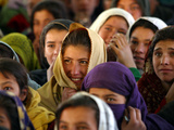 Afghan Children Watch a Performance by Their Fellows During a World Children's Day Get-Together Lámina fotográfica
