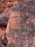 A Climber Ascends a Rock Face Fotografisk tryk