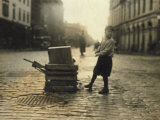 Scavenger Toting Wood, Fall River, Massachusetts, c.1916 Foto af Lewis Wickes Hine