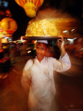 Food Seller in Bazaar, Looking at Camera, Delhi, India Fotografisk tryk af Paul Beinssen