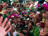 Crowd of People Wearing Flowers at Independence Day Celebrations, Fiji 写真プリント : トム・コックレム