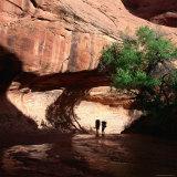 Hikers in Coyote Canyon, Escalante Wilderness, Escalante, USA Lámina fotográfica por Wes Walker