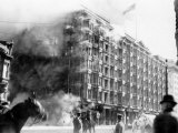 Palace Hotel on Fire after the Earthquake, San Francisco, California, c.1906 Foto