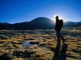 Hiker in Silhouette Near San Pedro De Atacama, San Pedro De Atacama, Chile Lámina fotográfica por Aaron McCoy