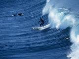 Surfers Catching a Wave, Santa Cruz, USA Lámina fotográfica por Rick Gerharter