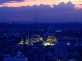 Wat Pho Lit Up at Night and City Buildings, Bangkok, Thailand 写真プリント : トム・コックレム