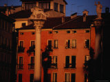 Winged Lion of Venice in Front of Terracotta Coloured Apartments, Venice, Italy Fotografie-Druck von Damien Simonis