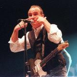 Francis Rossi degli  Status Quo fa versacci alla folla all'auditorium Clyde, ottobre 1999 Stampa fotografica