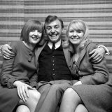 Gerry Marsden of Gerry and the Pacemakers Sits with Cilla Black & Julie Samue, December 1964 Fotografisk tryk