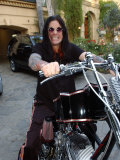 Ozzy Osbourne on His Motorbike at His Home in Los Angeles, USA, December 2003 Fotografie-Druck