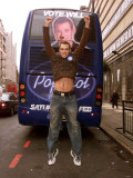 Will Young Campaigning for Votes in His Battle Bus, February 2002 Fotografisk trykk