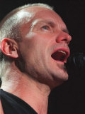 Sting Rock Singer in Aberdeen with Mouth Open Singing into the Microphone Fotografisk tryk