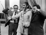 Spike Milligan, Harry Seacombe and Peter Sellers Rehersing for the Goons Radio Show, March 1963 Fotografie-Druck