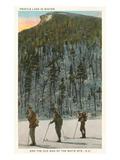 Skieurs au pied de l'«Old Man» des White Mountains, New Hampshire Affiches