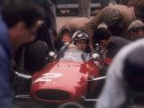 Les mécaniciens au travail sur la Ferrari de John Surtees lors d'un arrêt au stand Reproduction photographique