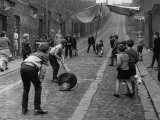 Children Playing Cricket in the Back Streets of Newcastle, 1962 Reproduction photographique