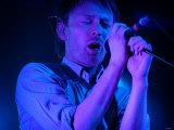Thom Yorke Onstage at the Corn Exchange, Edinburgh. Radiohead Pop Singer. May 2003 Fotografisk tryk