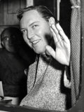 Bill Haley Waves to Crowds of Girls as He Leaves Cardiff General Station Fotografisk tryk