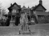 Singer David Bowie Outside Haddon Hall, a Victorian Gothic Mansion, on Southend Road Beckenham Fotografisk tryk