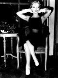 Marilyn Monroe Hands Behind Head Gloves Fotografie-Druck