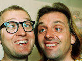 Comedians Rik Mayall and Adrian Edmondson Looking Stupid Reproduction photographique
