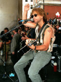 Pop Star Jon Bon Jovi Busking in Covent Garden to the Crowds Playing Guitar and Singing Into Mike Fotografisk tryk