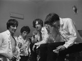 The Kinks Pop Group Relaxing in Their Dressing Room Before a Concert. September1964 Fotografisk tryk