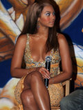 Beyonce Knowles at the Launch of the New Pepsi Ad in Madrid Sitting Down Wearing Gold Dress Reproduction photographique