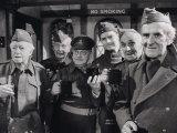"""Darsteller der BBC-Fernsehserie """"Dad's Army"""" kommen nach den Aufnahmen noch ein letztes Mal zusammen Fotografie-Druck"""