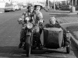 "Warren Mitchell, Dandy Nicholls, Patricia Hayes in Scene from ""Till Death Us Do Part"" Fotoprint"
